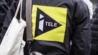 Un journaliste d'i-Télé devant le siège de la chaîne, à Boulogne-Billancourt (Hauts-de-Seine), le 4 novembre 2016. (YANN CASTANIER / HANS LUCAS / AFP)