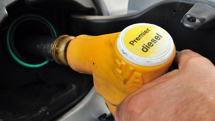 """Le ministre de l'Economie, Pierre Moscovici, a annoncé une baisse des prix à la pompe """"jusqu'à 6 centimes"""" le litre, le 28 août 2012. (PHILIPPE HUGUEN / AFP)"""