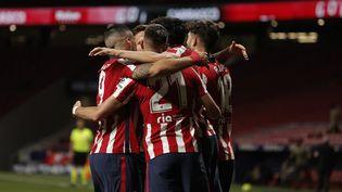 La joie des joueurs de l'Atlético de Madrid après le but de Yannick Carrasco (numéro 21) contre la Real Sociedad, mercredi 12 mai. (BURAK AKBULUT / AFP)