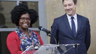 La nouvelle porte-parole du gouvernement Sibeth Ndiaye, et son prédécesseur Benjamin Griveaux, lors de la passation de pouvoirs, le 1er avril 2019. (THOMAS SAMSON / AFP)