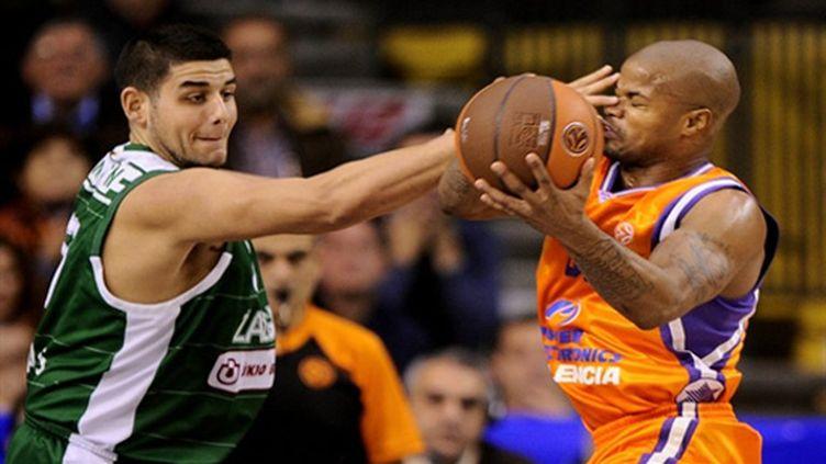 Le Valencian Omar Cook opposé à Omar Samha, joueur de Kaunas (JOSE JORDAN / AFP)