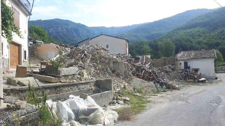 Frappée par un tremblement de terre le 24 août 2016, la commune d'Amatrice ouvre des logements provisoires, sans avoir pu déblayer les ruines qui s'amoncellent. (RADIO FRANCE / MATHILDE IMBERTY)