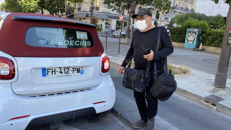 Le docteur Stephane Aszermanlors de sa tournée des patients à Paris, le 21 juillet 2020. (BORIS LOUMAGNE / RADIO FRANCE)