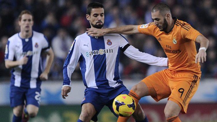 Benzema (Real Madrid) prend le meilleur sur Raul Rodriguez (Espanyol Barcelone) (JOSEP LAGO / AFP)
