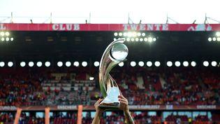 Letrophée de l'Euro 2017 remporté par les Pays-Bas, le 6 août à Enschede. (TOBIAS SCHWARZ / AFP)