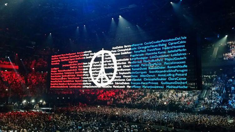 (Les noms des victimes des attentats de Paris projetés à Bercy lundi soir © Radio France / Benjamin Illy)
