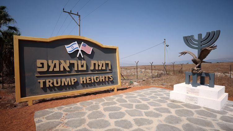 L'entrée de la colonie construite en l'honneur de Donald Trump, sur le plateau du Golan occupé, le 21 septembre 2020. (EMMANUEL DUNAND / AFP)