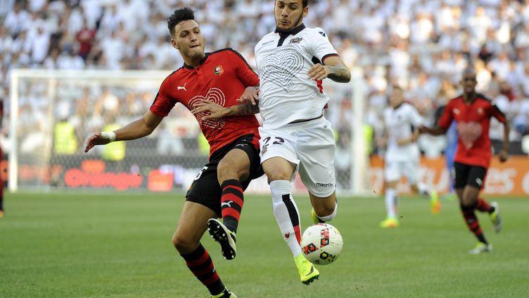Anastasios Donis à la lutte avec le défenseur de Rennes Ramy Bensebaini (FRANCK PENNANT / AFP)