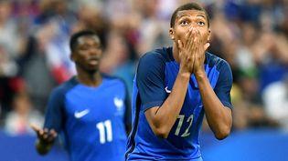 Kylian MBappé et Ousmane Dembélé lors du match France-Angleterre, à Paris, le 13 juin 2017. (FRANCK FIFE / AFP)