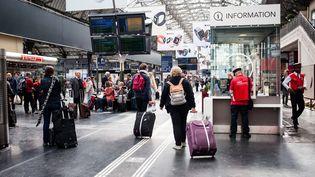 Des passagers attendent leur train à la gare de l'Est (Paris), le 18 mai 2016. Un mouvement de grève contre la loi Travail a provoqué des perturbations sur les lignes SNCF. (RODRIGO AVELLANEDA / ANADOLU AGENCY / AFP)