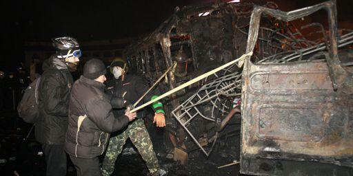 Des manifestants anti-gouvernementaux utilisent une catapulte artisanale (fabriquée à partir de l'épave d'un véhicule calciné) pendant les heurts avec la police le 20 janvier 2014. (Reuters - Gleb Garanich)