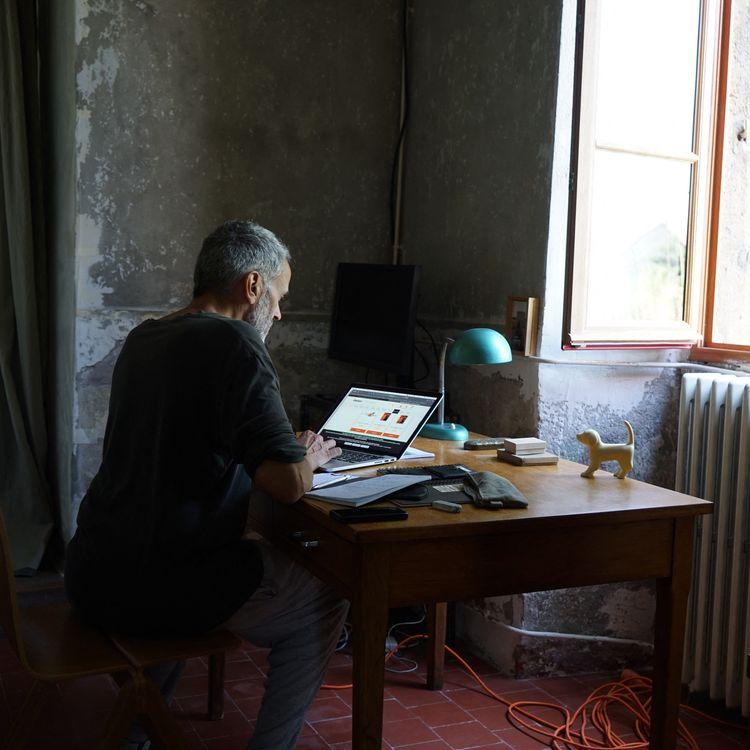 Un homme travaille depuis sa maison de campagne à Lormes(Nièvre), le 22 juillet 2021. (MYRIAM TIRLER / HANS LUCAS / AFP)