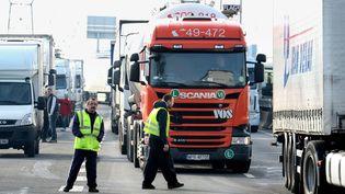 Des routiers bloquent le périphérique de Caen, à Mondeville (Calvados), le 20 janvier 2015. (MAXPPP)