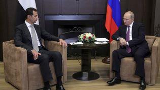 Le président syrien Bachar Al-Assad et le président russe Vladimir Poutine, lors d'une rencontre à Sotchi (Russie), le 20 novembre 2017. (SPUTNIK PHOTO AGENCY / REUTERS)