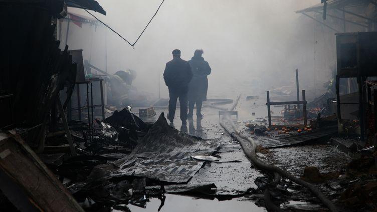 Un bâtiment a été incendié lors d'une attaque de rebelles à Grozny, en Tchéchénie, le 4 décembre 2014. (ELENA FITKULINA / AFP)