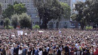 Des milliers de personnes sont réunies le 18 août 2017à Barcelone (Espagne), pour rendre hommage aux victimes des attentats en Catalogne. (JAVIER SORIANO / AFP)