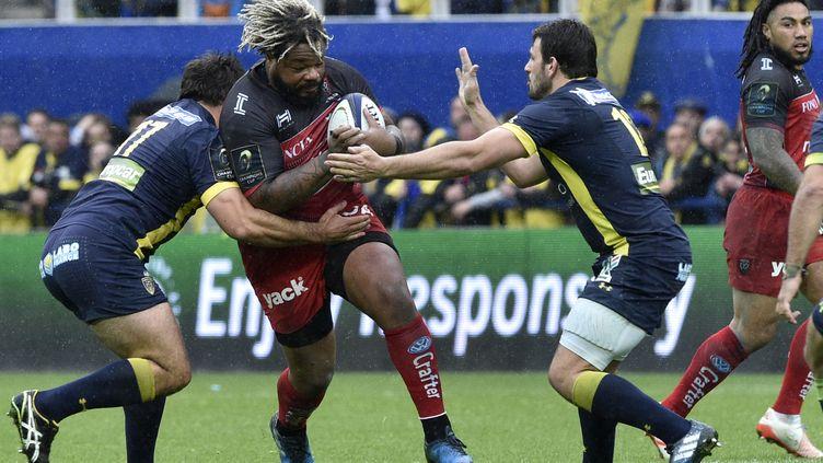 Mathieu Bastareaud face à la défense clermontoise (THIERRY ZOCCOLAN / AFP)