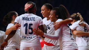 Le soulagement des Bleues après leur victoire contre le Brésil aux Jeux de Tokyo, le 2 août 2021. (FRANCK FIFE / AFP)