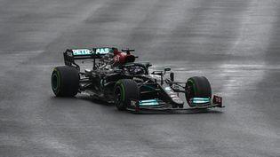 Le Britannique Lewis Hamilton (Mercedes) en action pour effectuer une remontée lors du Grand Prix de Turquie, le 10 octobre 2021. (OZAN KOSE / AFP)