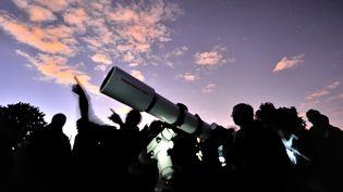 Des astronomes amateurs observent la voûte céleste lors des Nuits des étoiles, à Villeneuve-d'Ascq (Nord), le 9 août 2013. (PHILIPPE HUGUEN / AFP)