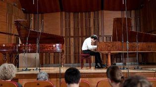Le pianiste français Benjamin d'Anfray durant le premier Concours international Frédéric Chopin à Varsovie, sur des pianos d'époque.  (JANEK SKARZYNSKI / AFP)