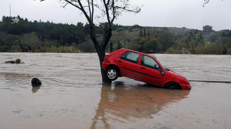 Une voiture emportée par les eaux à Portel-des-Corbieres (Aude), le 30 novembre 2014. (ERIC CABANIS / AFP)