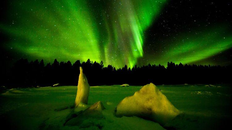 Aurore boréale dans la région arctique de la Russie. (GEORGE KARBUS PHOTOGRAPHY / CULTURA CREATIVE  / AFP)