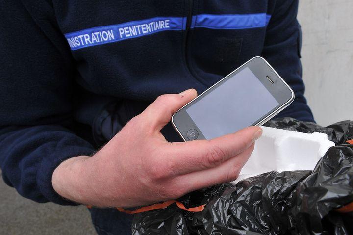 Un téléphone portable saisi à la prison de Sequedin (Nord),le 16 avril 2013. (  MAXPPP)
