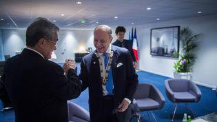Le ministre des Affaires étrangères français, Laurent Fabius, et son homologue des îles Marshall, TonydeBrum, dans son bureau du Bourget (Seine-Saint-Denis), pendant la COP21, jeudi 10 décembre 2015. (MARTIN BUREAU / AFP)
