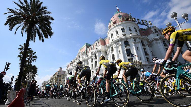 Les cyclistes du Paris-Nice arrivent dans la préfecture des Alpes-Maritimes, en mars 2019. (ANNE-CHRISTINE POUJOULAT / AFP)