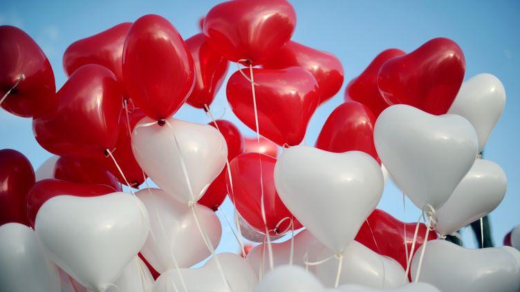 Des ballons en formes de coeur pour la Saint-Valentin. (LIONEL BONAVENTURE / AFP)