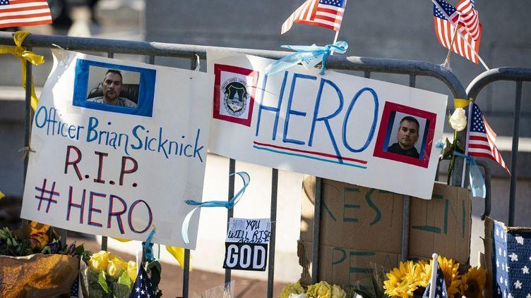 Un mémorial pourBrian Sicknick, le policier mort au lendemain de l'attaque du Capitole, le 10 janvier 2021. (AL DRAGO / GETTY IMAGES NORTH AMERICA / AFP)