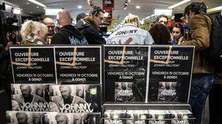 """Les fans de Johnny se sont rués à la Fnac Champs-Elysées le 19 octobre, pendant la nuit, pour acheter""""Mon pays c'est l'amour"""".  (CHRISTOPHE ARCHAMBAULT / AFP)"""