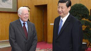 Artisan du rapprochement avec la Chine, l'ancien président américain Jimmy Carter avec le président chinois Xi Jingpin à Pékin le 13 décembre 2012. (MA ZHANCHENG / XINHUA)