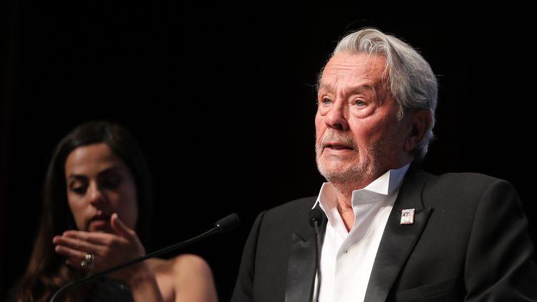 Alain Delon reçoit une Palme d'or d'honneur à Cannes, le 19 mai 2019. (VALERY HACHE / AFP)