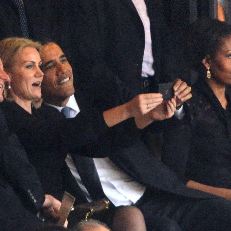 """David Cameron, Helle Thorning-Schmidt et Barack Obama posent pour un """"selfie"""", mardi 10 décembre au stade Soccer City de Soweto (Afrique du Sud), à l'occasion de la cérémonie d'hommage à Nelson Mandela. (ROBERTO SCHMIDT / AFP)"""
