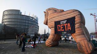 Une manifestation contre le CETA devant le parlement européen à Strasbourg, le 15 février 2017. (FREDERICK FLORIN / AFP)