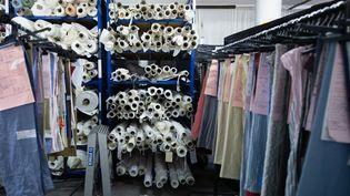 Dans l'entrepôt de la marque Sugar à Marseille, l'entreprise confectionne des débarders pour les dockers. (CLEMENT MAHOUDEAU / AFP)