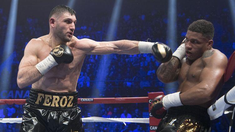Le boxeur français (à gauche) Arsen Goulamirian conserve sa ceinture mondiale WBA des lourds-légers (BERTRAND LANGLOIS / AFP)
