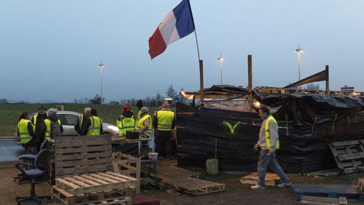 """Des """"gilets jaunes"""" occupent un rond-point à Saint-Beauzire (Puy-de-Dôme), le 15 décembre 2018. (THIERRY ZOCCOLAN / AFP)"""