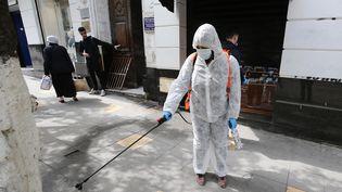Un employé municipal désinfecte les rues d'Alger le 17 mars 2020 (BILLEL BENSALEM / APP / MAXPPP)