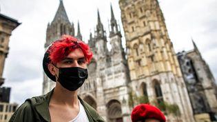 Des Rouennais portent des masques dans les rues de Rouen, pour se protéger après l'incendie de l'usine Lubrizol. (LOU BENOIST / AFP)