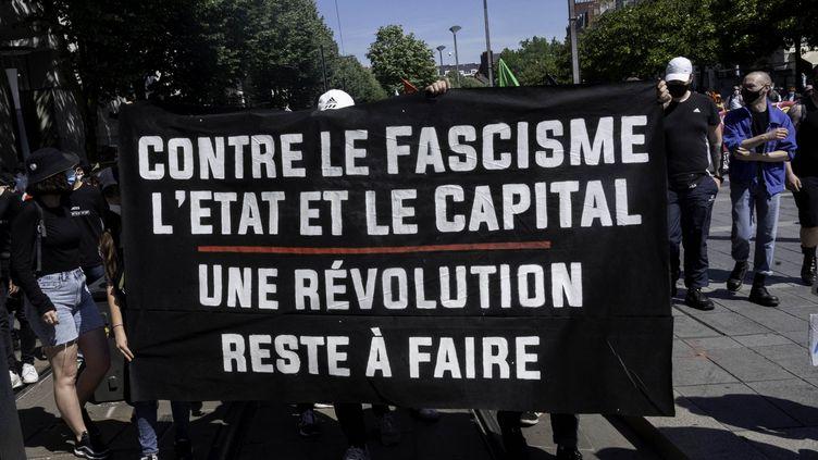 Une banderole de la marche des libertés de Nantes, le 12 juin 2021. (ESTELLE RUIZ / HANS LUCAS)