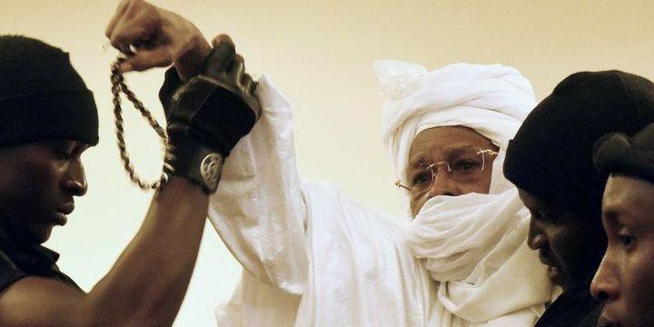L'ancien président tchadien Hissène Habré, escorté par ses gardes, lors du premier jour de son procès le 20 juillet 2015  (AFP PHOTO / SEYLLOU  SEYLLOU)
