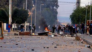 Des jeunes Tunisiens affrontent les policiers anti-émeutes à Kasserine (Tunisie) le 20 janvier 2016. (CITIZENSIDE / MAHMOUD BEN MOUSSA / AFP)