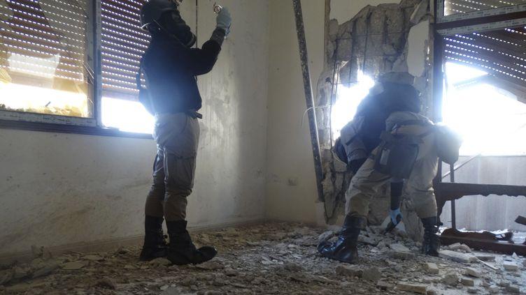 Des enquêteurs de l'ONU inspectent la zone de l'attaque chimique présumée menée le 21 août 2013 dans la banlieue de Damas en Syrie, le 29 août 2013. (REUTERS)
