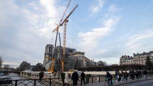 La cathédrale Notre-Dame de Paris et sa grue, le 19 décembre 2019. (THOMAS SAMSON / AFP)