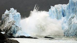 Un pont de glace se fissure sur le mur du glacier Perito Moreno, situé dans le parc national Los Glaciares, dans la province de Santa Cruz (Argentine), le 10 mars 2016. (WALTER DIAZ / AFP)