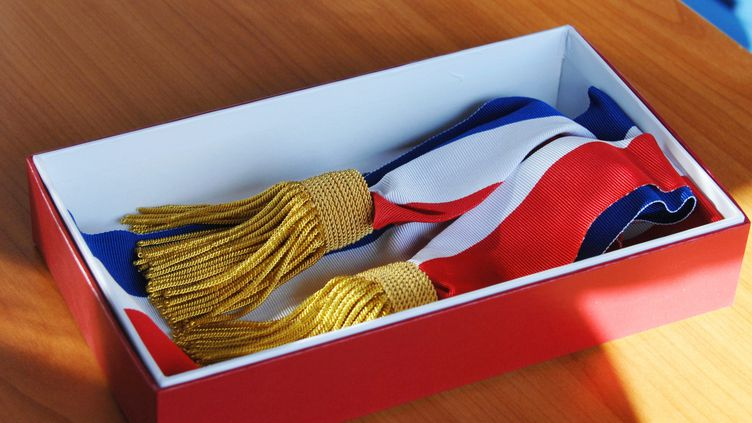 L'écharpe tricolore portée par les maires de France (Photo d'illustration). (ALAIN DELPEY / MAXPPP)