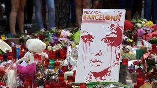 La foule se rassemble, dimanche 20 août 2017, devant un mémorial spontané dressé sur La Rambla de Barcelone en hommage aux victimes des attentats. (JAVIER SORIANO / AFP)